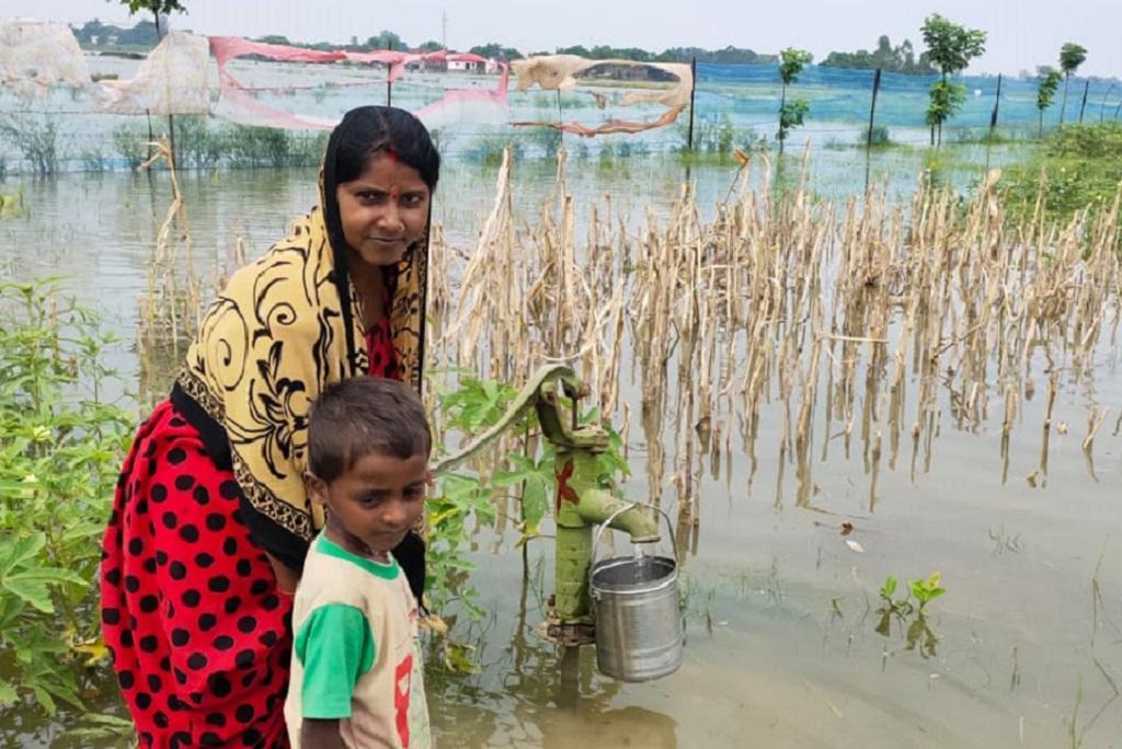 बाढ़ के बाद पीने के पानी की समस्या खड़ी हो गई है, इसलिए लोग उस हैंडपंप का पानी पीने को मजबूर हैं, जिसका पानी निषेध घोषित किया जा चुका है। फोटो: विवेक मिश्रा