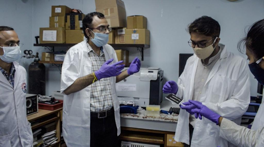आईआईटी खड़गपुर में मकेनिकल इंजीनियरिंग विभाग में प्रोफेसर सुमन चक्रवती और स्कूल ऑफ बायोसाइंस से जुड़े अरिंदम मोंडल ने इस मशीन को बनाने में अहम भूमिका निभाई है