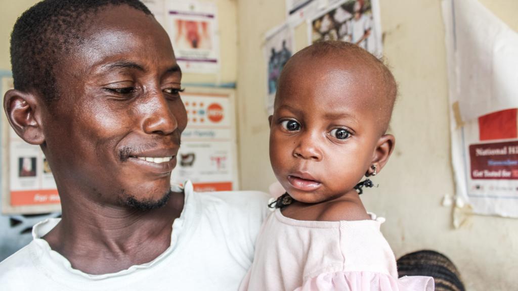 इबोला के प्रकोप के एक साल पहले 2013 में सिएरा लियोन में 74 प्रतिशत लोग बहुआयामी गरीब थे। इबोला का प्रकोप खत्म होने के एक साल बाद यानी 2017 में यह घटकर 58 प्रतिशत रह गया। Photo: UNOPS