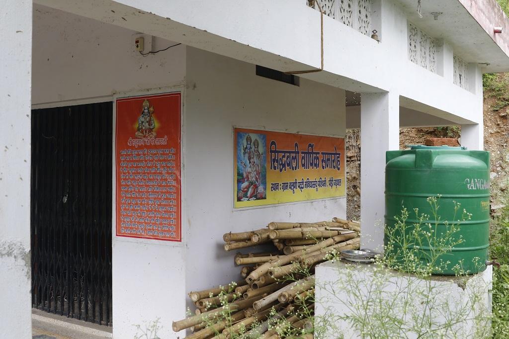 बलूणी गांव में प्रवासियों द्वारा बनवाया गया मंदिर। फोटो: श्रीकांत चौधरी