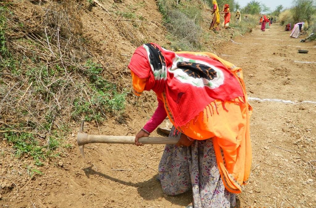 राजस्थान के एक गांव में मनरेगा के तहत काम करती एक महिला। फोटो: अनिल अश्वनी शर्मा