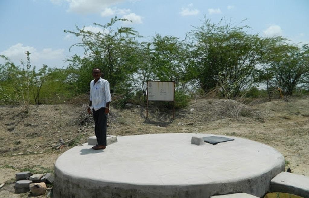 राजस्थान के मनिहारी गांव में एक खेत में बना पानी का टैंक। फोटो: अनिल अश्विनी शर्मा