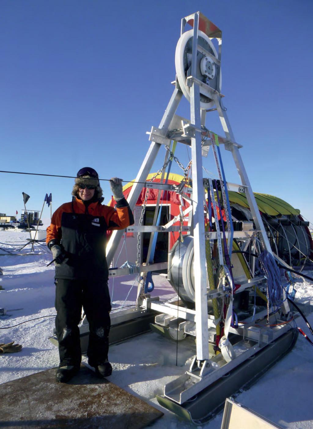 रॉस आइस शेल्फ के शिखर पर लगा फील्ड कैंप। टीम में बर्फ में ड्रिल करने के लिए हॉट वाटर जेट का इस्तेमाल
