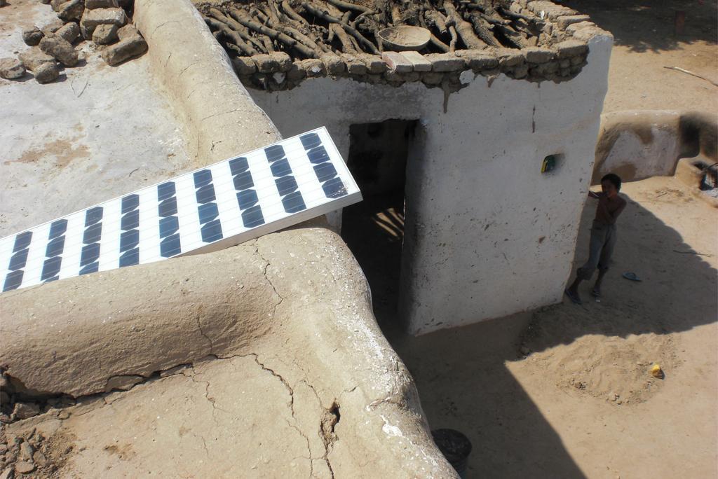 राजस्थान के बीकानेर जिले में एक घर की छत पर लगा सोलर पैनल, फोटो: जोनस हैम्बर्ग