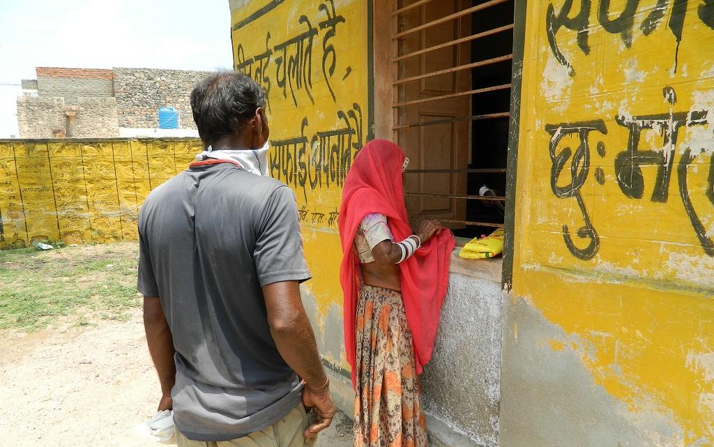 राजस्थान के खरिया नींव गांव में प्रधानमंत्री गरीब कल्याण अन्न योजना के तहत मिलने वाले अन्न की पूछताछ करती ग्रामीण महिला। फोटो: अनिल अश्विनी शर्मा