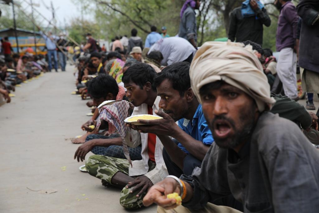दिल्ली के कश्मीरी गेट इलाके में सरकार द्वारा संचालित एक रैन बसेरे में भोजन करते बेघर मजदूर, फोटो: विकास चौधरी