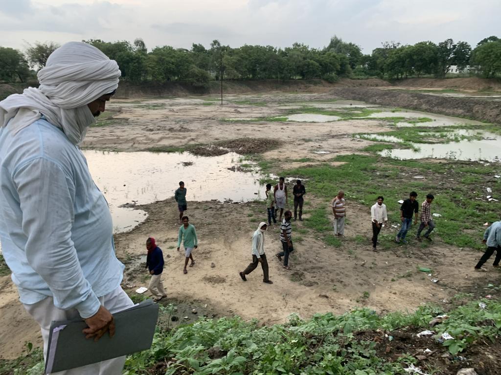 उत्तर प्रदेश के जालौन जिले के गांव धमना में मनरेगा के काम से लौटे लोग।