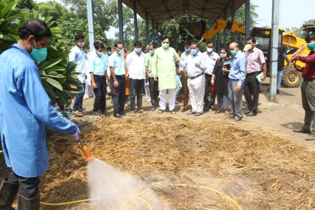 दिल्ली के पर्यावरण मंत्री गोपाल राय ने नई तकनीक को देखा