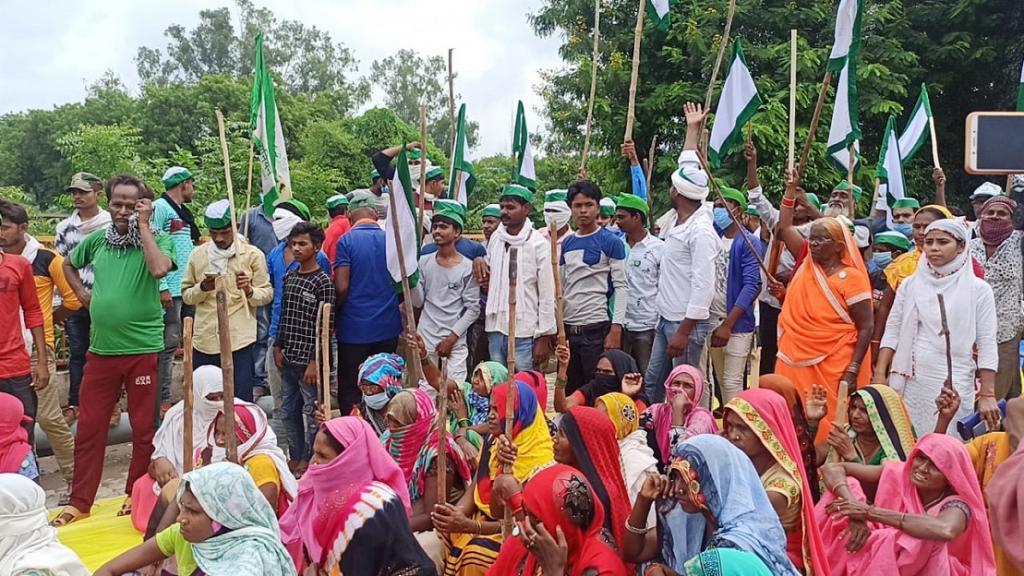 कृषि विधेयकों के खिलाफ इलाहाबाद में प्रदर्शन करती महिलाएं। फोटो साभार: भाकियू