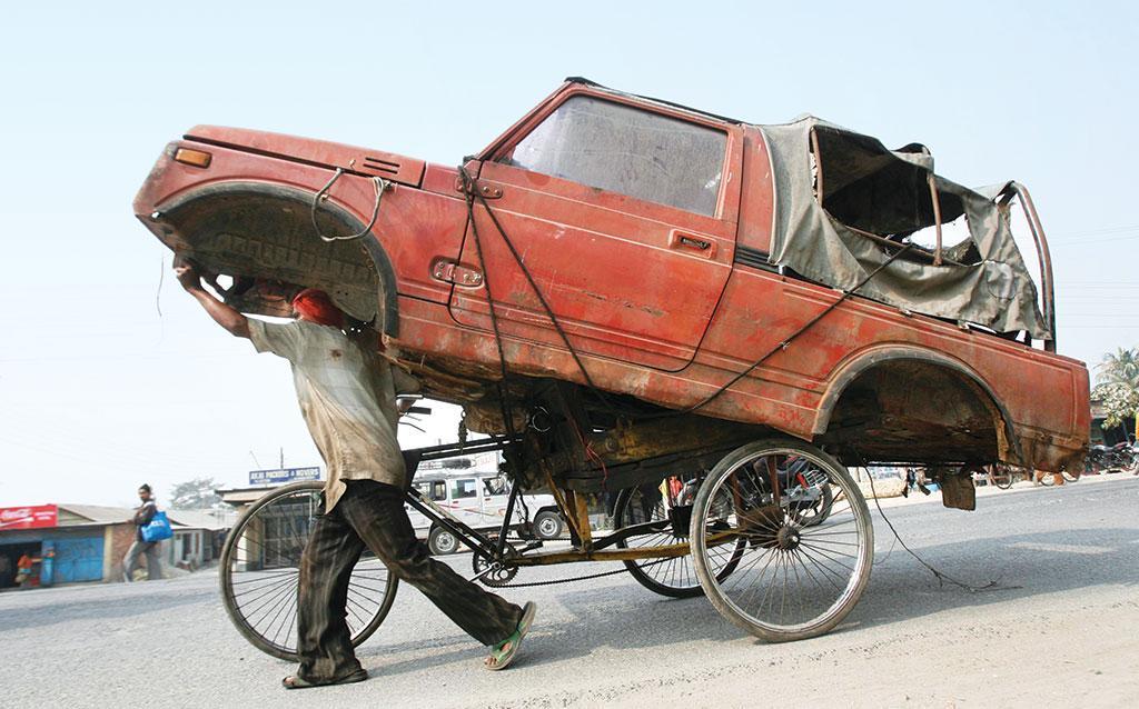 पुराने वाहनों को हटाना चुनौती बन गया है। (रॉयटर्स)