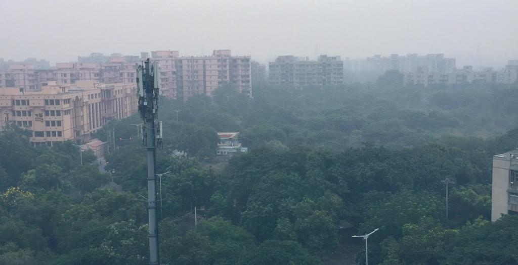 Increased stubble fires, calm conditions cause Delhi's air to become 'very poor'. Photo: @Geetu_Moza  / Twitter