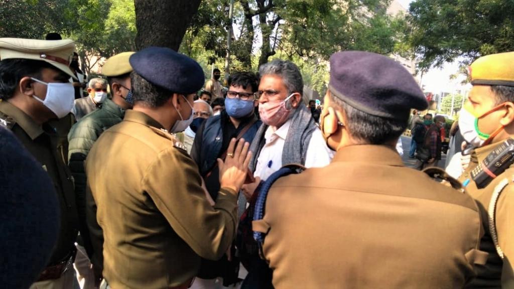 दिल्ली के जंतर मंतर पर धरना स्थल पर जाते किसान नेताओं को रोकते पुलिस अधिकारी। फोटो: AIKSCC
