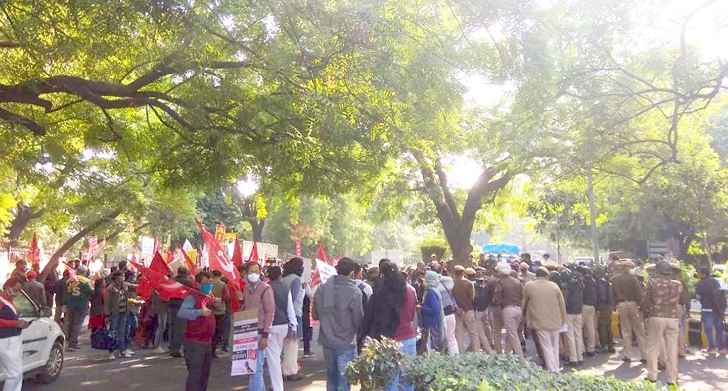 Protesters detained at Jantar Mantar, Delhi. The Delhi Police had denied permission to farmers from gathering there.However, an AIKSCC working group member had claimed around 100 farmers were permitted to gather.