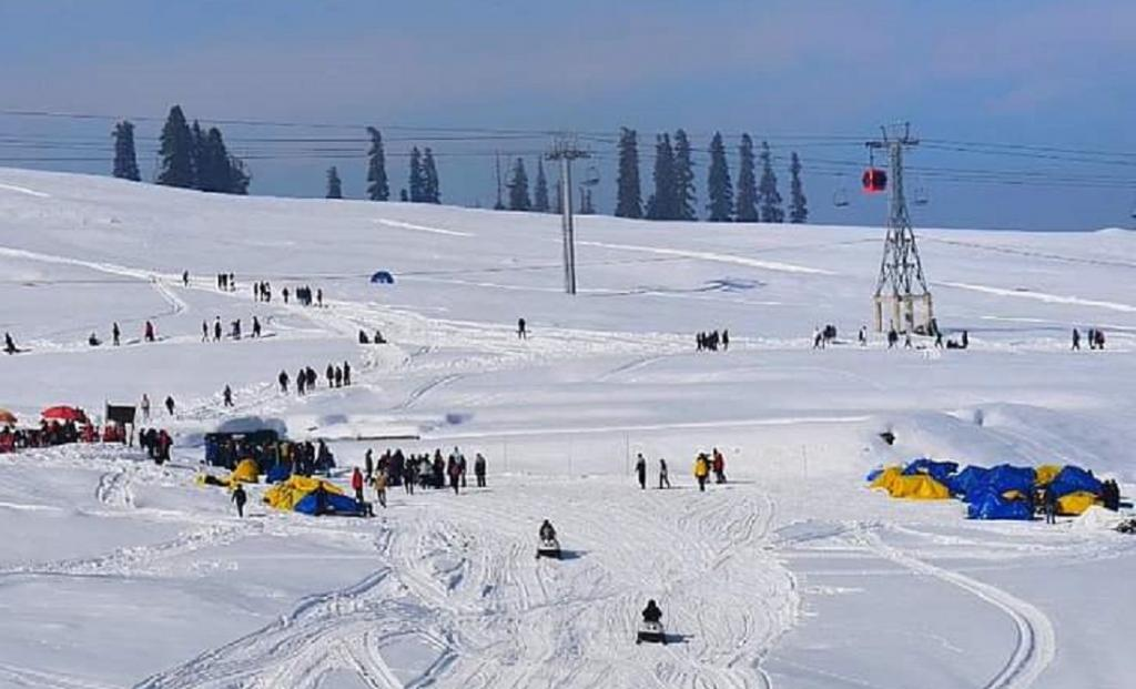 Winter tourists buoy up Kashmir's battered tourism sector. Photo: @07ndrf / Twitter
