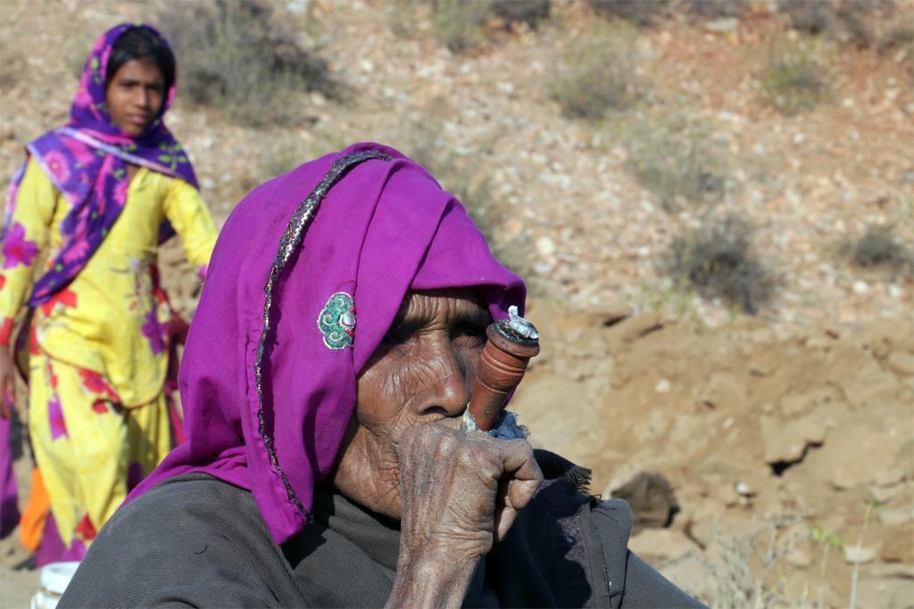 अलवर (राजस्थान) के भनवाट गांव में धूम्रपान करती एक बुजुर्ग महिला, फोटो: श्रीकांत चौधरी