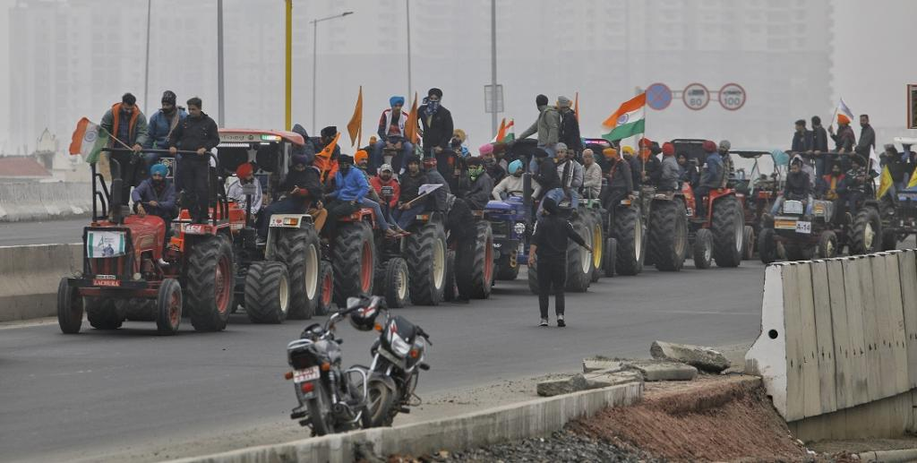 Farmers camping at Singhu, Tikri and Ghazipur on the outskirts of Delhi since November 26, 2020, did a 'dress rehearsal' January 7, 2021, for a 'mega tractor rally' on January 26. Photo: Vikas Choudhary / CSE