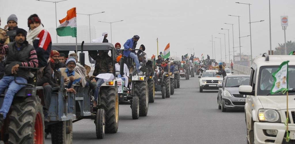 Thousands of tractors left in the morning from the Singhu, Tikri and Ghazipur borders and Rewasan in Haryana. They travelled on the Eastern and Western Peripheral Expressways. They will meet midway in the evening. Photo: Vikas Choudhary / CSE
