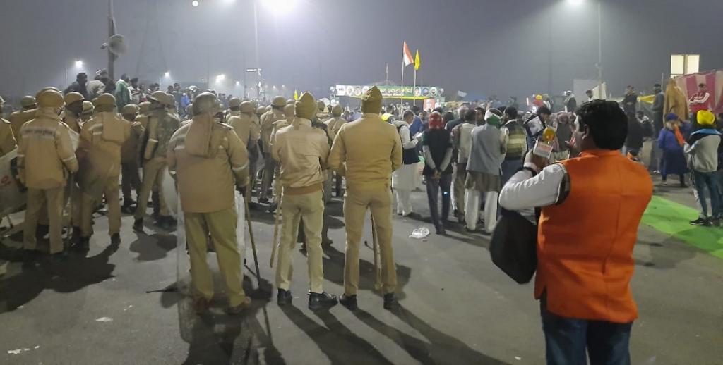 Police at Ghazipur border between Delhi and Uttar Pradesh. Photo: @PrasannaGangak1 / Twitter