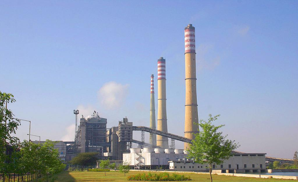Extending the deadline of meeting emission norms for coal-based thermal power plants will deal a blow to the fight against air pollution, warned CSE. Photo: Wikimedia Commons