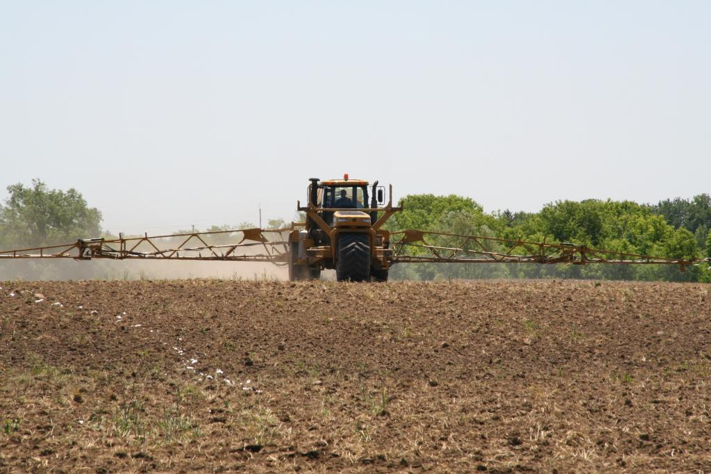 Using imbalanced fertilizers leads to soil mining or soil sickness, decline in soil health and reduces crop productivity. Photo: Wikimedia Commons