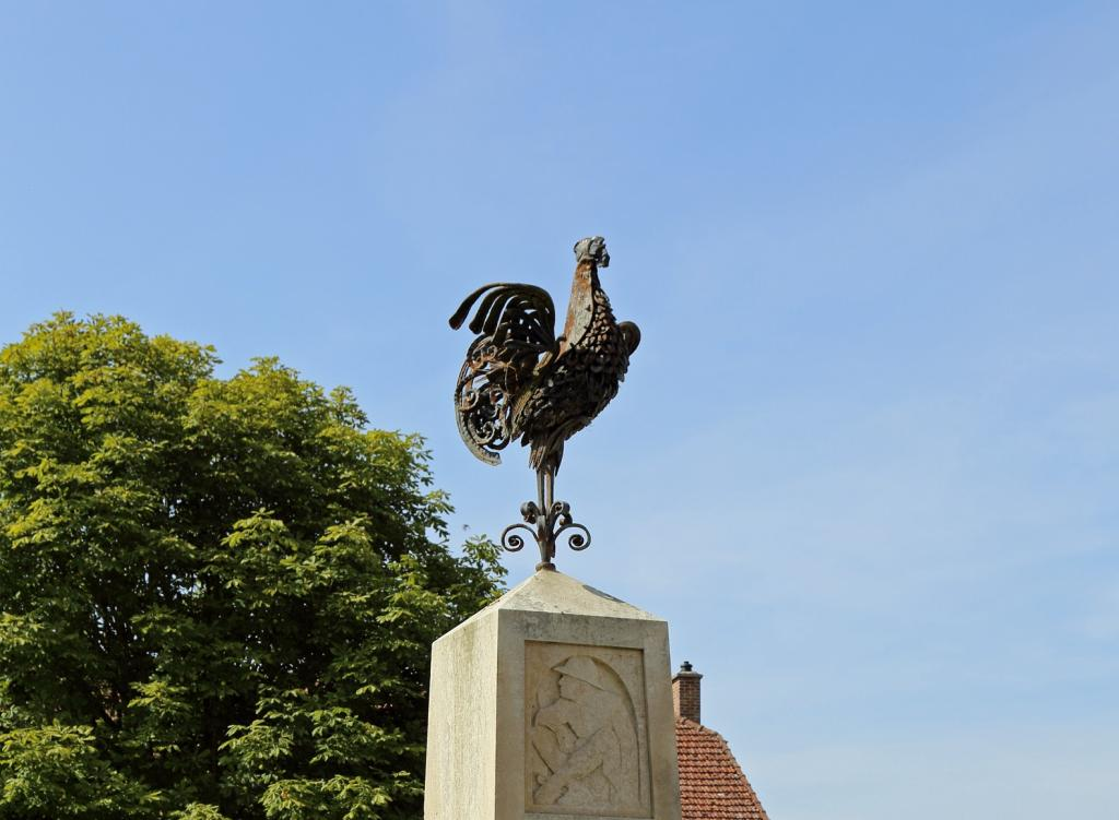 Rooster memorial in France. Photo: Wikimedia Commons