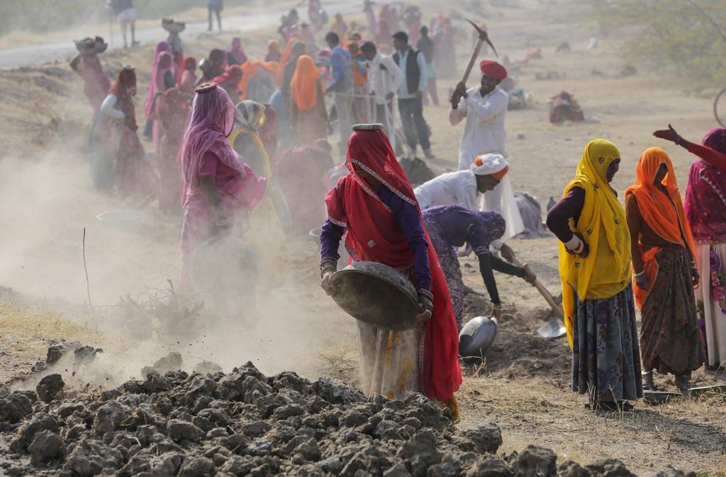 राजस्थान के एक गांव में मनरेगा के तहत काम करते ग्रामीण। फोटो: विकास चौधरी