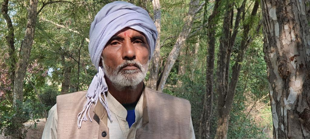 मीगनीं गांव की अपनी बगिया में माताप्रसाद तिवारी। फोटो: भागीरथ