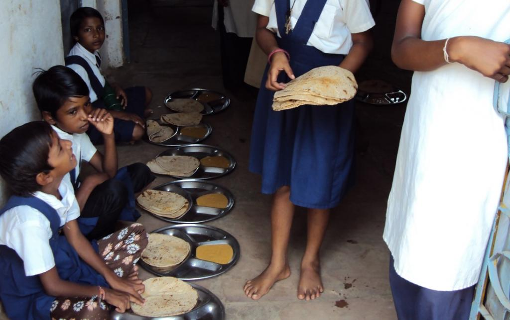 Mid Day Meal at a girls' school in Madhya Pradesh. Photo: Sarandha / CSE