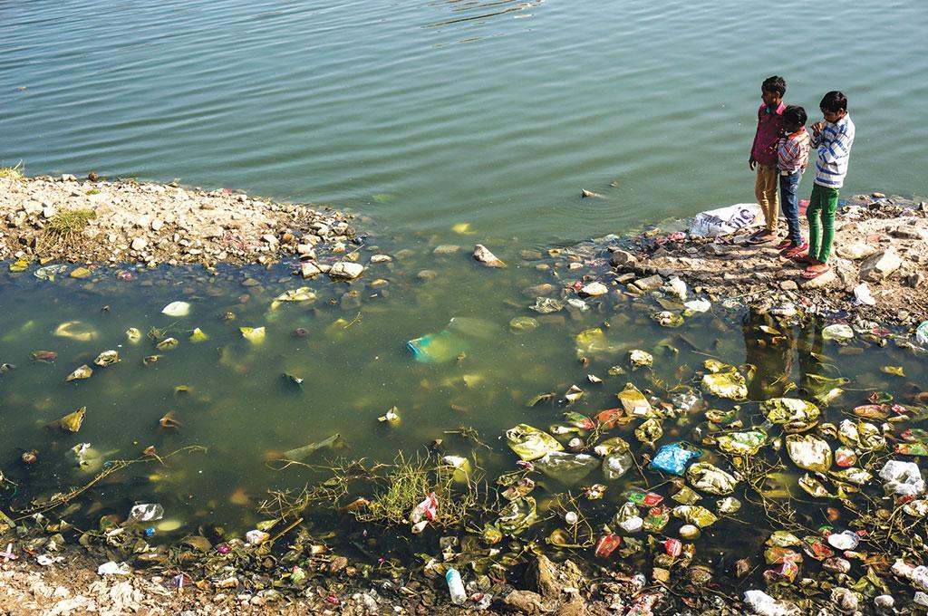 नदियों में बहाया जा रहा अशोधित अपशिष्ट जल की गुणवत्ता को बुरी तरह प्रभावित कर रहा है (फोटो: आइ स्टॉक )
