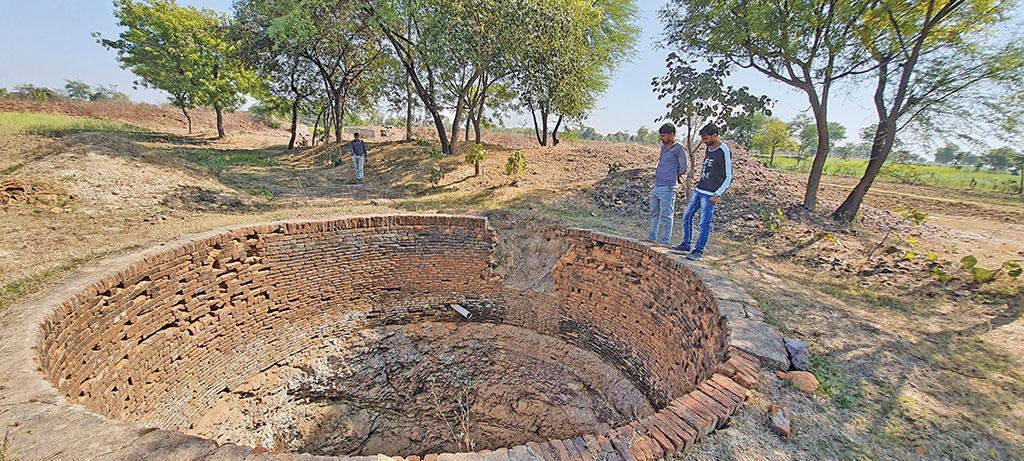 टीकमगढ़ के नादिया गांव में मनरेगा से बड़े पैमाने पर तालाब बनाए गए हैं। इससे जहां खेतों में सूखे खुदे कुएं पुनर्जीवित हुए वहीं फसलें भी सिंचित होने लगीं