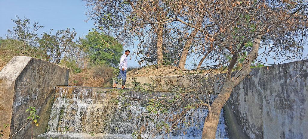 जालौन जिले के हिम्मतपुरा गांव में मनरेगा से पुनर्जीवित हुए इस चेकडैम ने गांवों के कुओं और खेतों में जान डाल दी है (फोटो: भागीरथ)