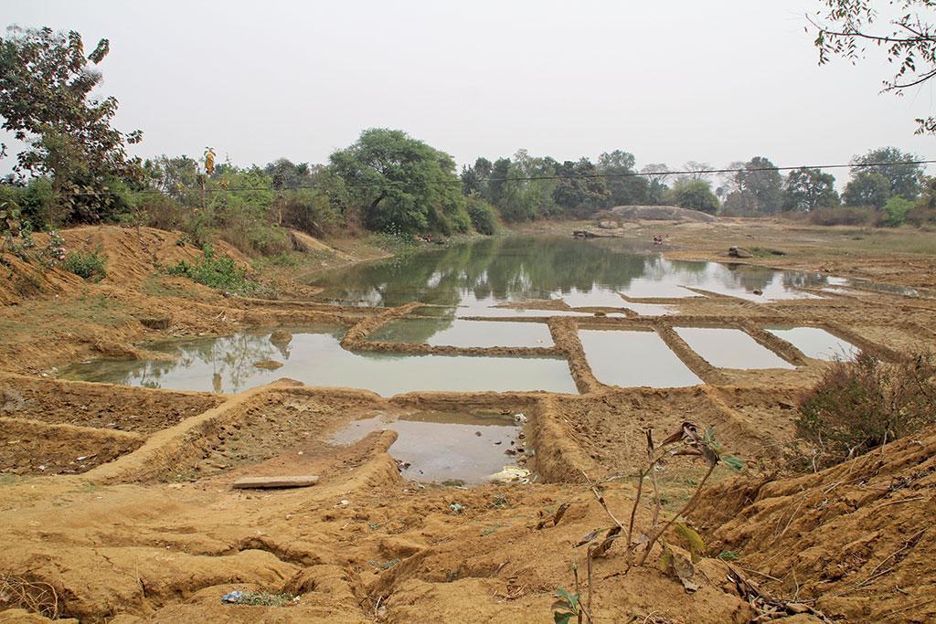 मनरेगा के तहत ओडिशा के बलांगिर जिले के भुआनपदा गांव में वाटर बॉडी बनाई गई हैं।फोटो: रंजन दाश