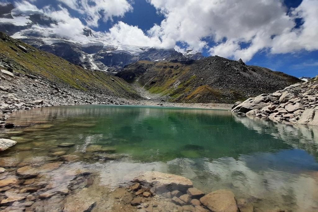 उत्तराखंड में 4600 मीटर की ऊंचाई पर स्थित सतोपंथ झील का दायरा पिछले बीस सालों में चार मीटर कम हुआ है। फोटो: मनमीत सिंह