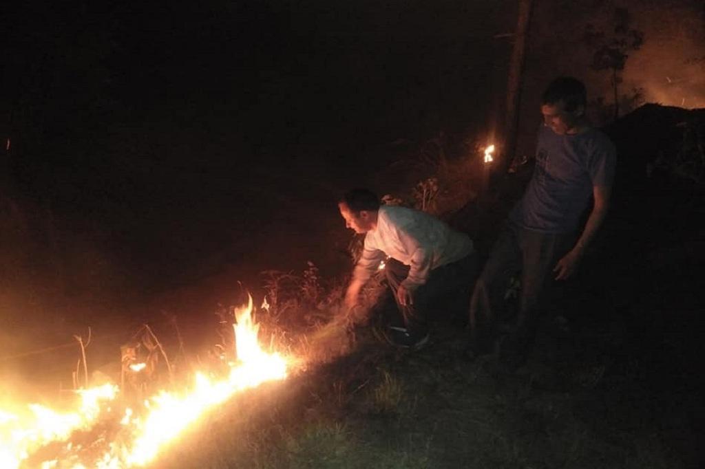 हल्की बारिश के बाद भी उत्तराखंड के जंगलों में आग नहीं बुझी है। फोटो: त्रिलोचन भट्ट