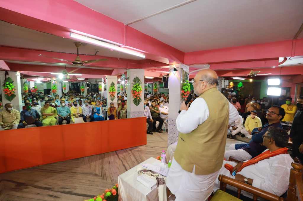Union home minister Amit Shah in conversation with people of Baranagar, West Bengal on April 13, 2021. Photo: Amit Shah/Twitter