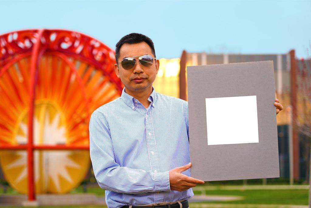 पर्ड्यू यूनिवर्सिटी में मैकेनिकल इंजीनियरिंग के प्रोफेसर शालीन रुआन अब तक के सबसे सफेद पेंट का नमूना प्रदर्शित करते हुए; फोटो: जेरेड पाइक, पर्ड्यू यूनिवर्सिटी