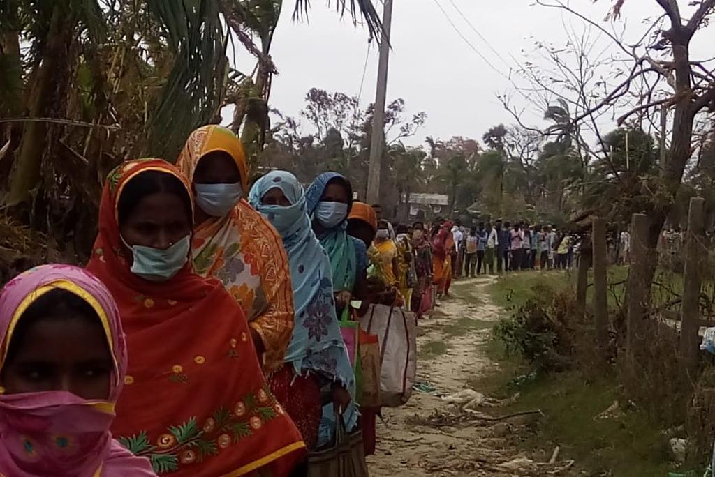 पश्चिम बंगाल के बाघबाजार में मदद के लिए अपनी बारी का इंतजार करते चक्रवात अम्फान से प्रभावित लोग; फोटो: रामकृष्ण मठ और रामकृष्ण मिशन, फ्लिकर