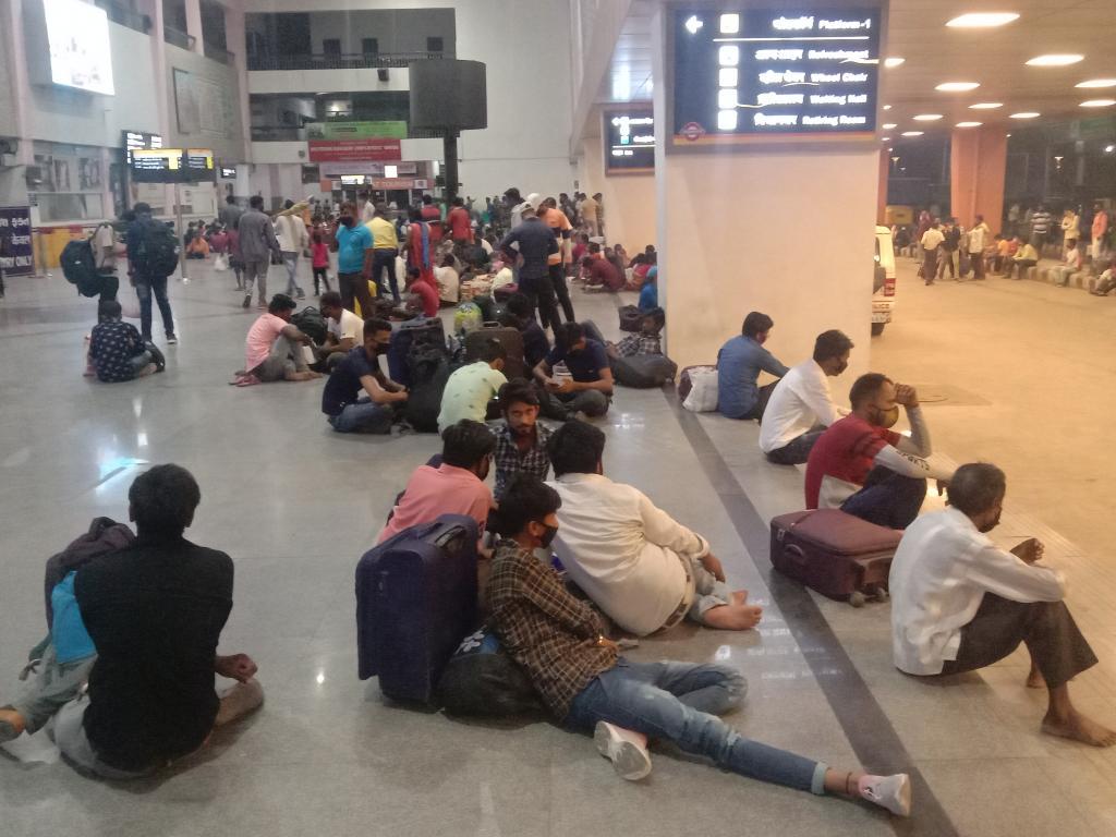 Photo : अहमदाबाद में रेलवे स्टेशन पर गाड़ी के इंतजार में प्रवासी