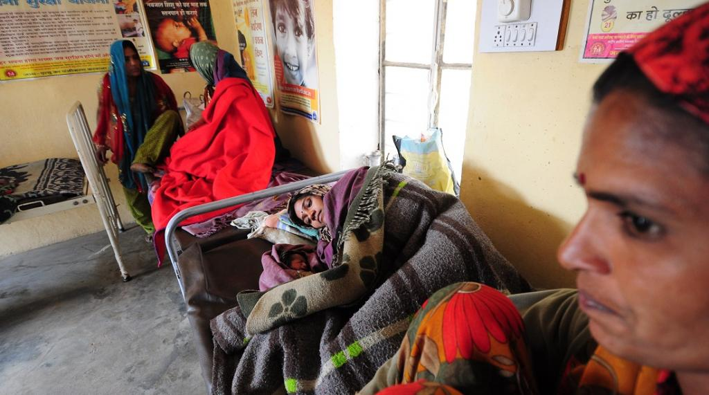 A mother and her newborn at a Primary Health Centre in Rajasthan. Photo: Sayantoni Palchoudhuri / CSE