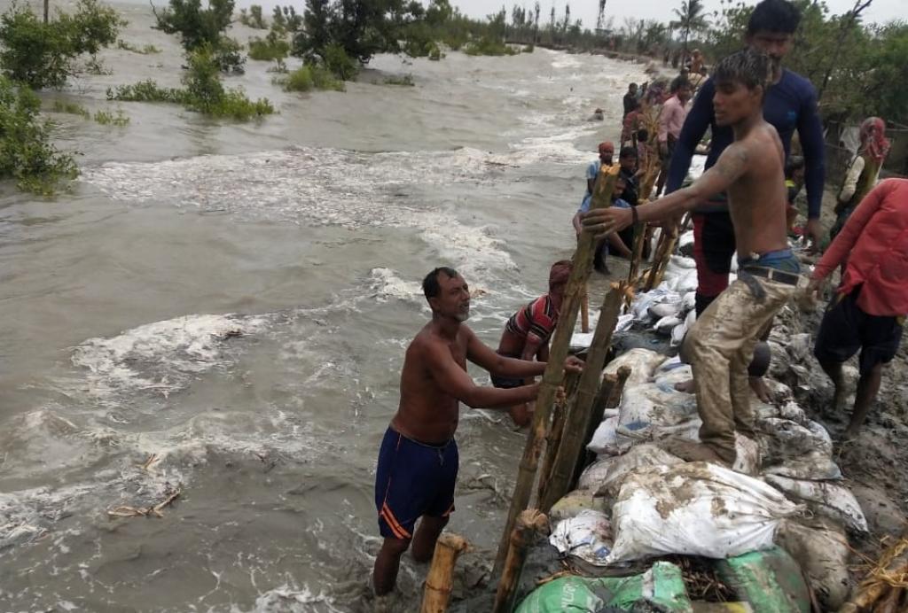 People trying to stop gushing water in Pathar Pratima, Sundarbans. Photo: Jayanta Basu