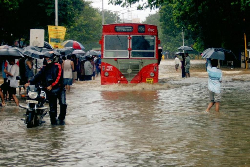 आज मुंबई सहित महाराष्ट्र के कई हिस्सों में दस्तक देगा मानसून, देश के कई राज्यों में होगी भारी बारिश