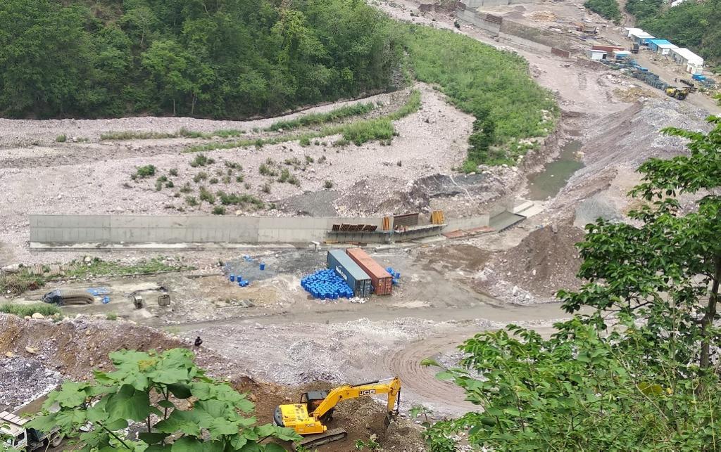 ऋषिकेष-कर्णप्रयाग रेल परियोजना के तहत गूलर गदेरे पर पुल का निर्माण किया जा रहा है। फोटो: त्रिलोचन भट्ट