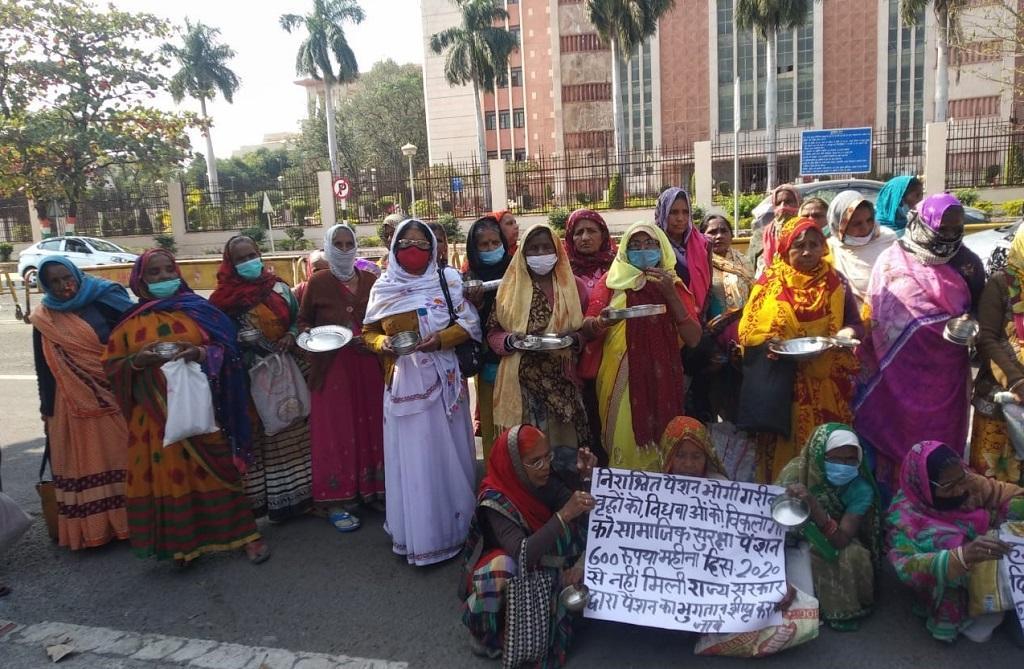 पेंशन के लिए प्रदर्शन करती भोपाल गैस पीड़ित विधवाएं। फोटो: रूबी सरकार