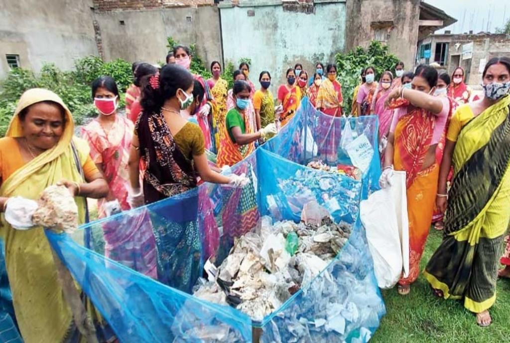 सुंदरवन से प्लास्टिक कूड़ा हटाती महिलाएं। फोटो: स्पेशल अरेंजमेंट