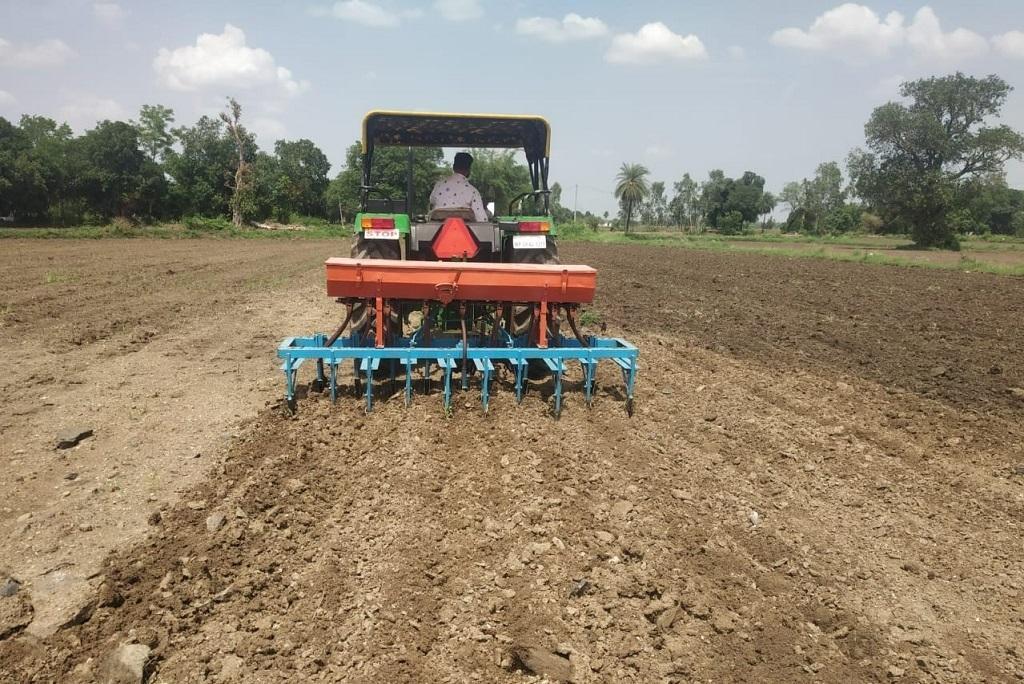 मध्यप्रदेश में किसान खरीफ फसल के लिए खेतों की तैयारी में लगे हैं। फोटो: राकेश कुमार मालवीय
