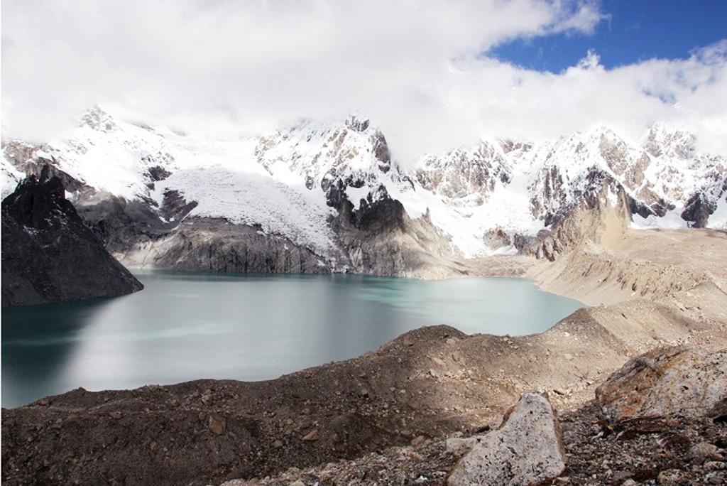 मध्य हिमालय के पोइक बेसिन में जहां कभी दशकों पहले ग्लेशियर का हिस्सा था, अब वहां एक झील मौजूद है; फोटो जे बी प्रोंक