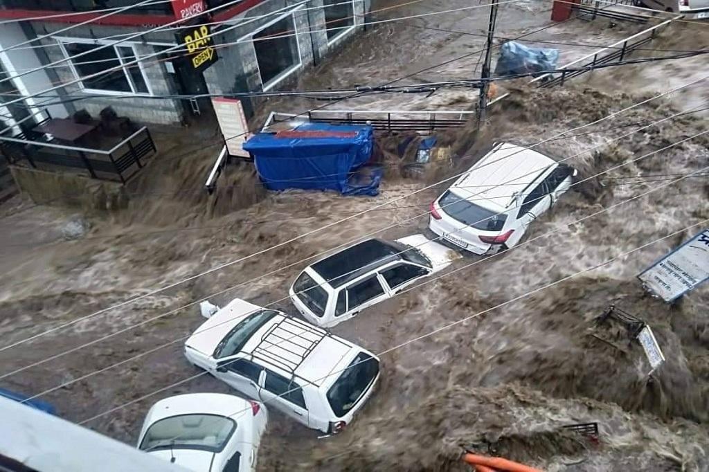 हिमाचल के धर्मशाला में बादल फटा, नदी-नालों में बाढ़ से भारी नुकसान