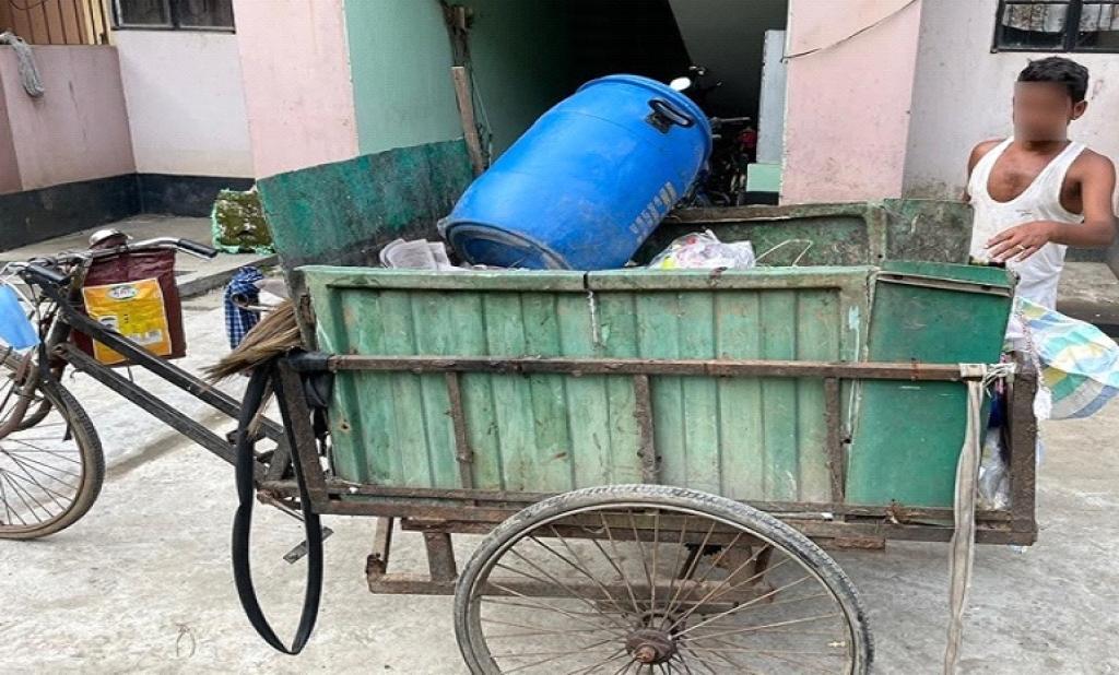 Waste worker in Ward 29, Hatigaon area of Guwahati working without gloves or mask. Photo: Sajib Mahanta