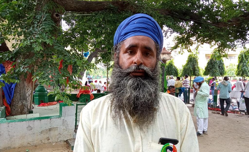 लखीमपुर खीरी के गन्ना किसान दलजीत सिंह का चीनी मिल पर 95 हजार रुपए बकाया हैं। फोटो: रणविजय सिंह