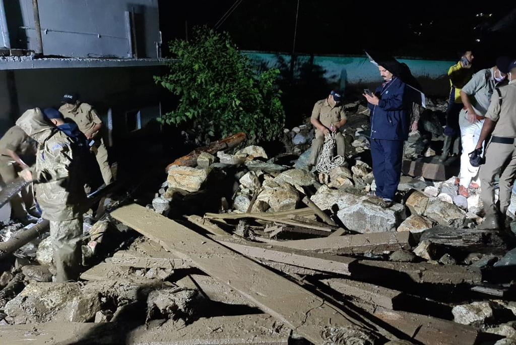 देर रात एसडीआरएफ ने मांडों गांव में राहत अभियान शुरू किया। फोटो: आपदा प्रबंधन विभाग के सौजन्य से